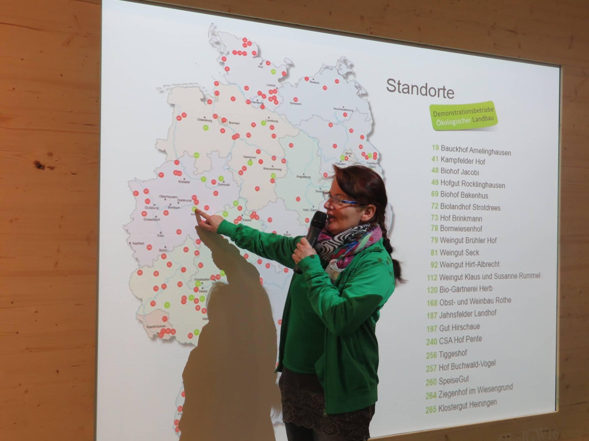 Ulla Tigges zeigt wo der Erlebnisbauernhof Tiggeshof liegt.