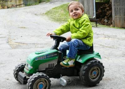 Und auch das Spielen gehört zum Pflichtprogramm auf dem Tiggeshof. Unsere Trecker sind nicht nur bei den kleinen Jungs beliebt...