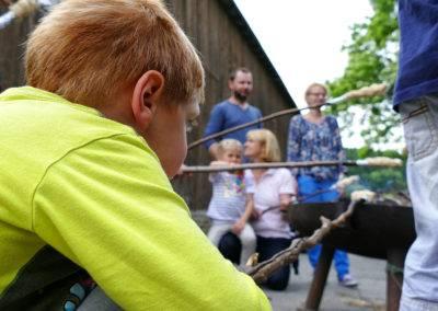 Stockbrot am Lagerfeuer. Spiel und Spaß für Groß und Klein auf dem TIggeshof. Der Bio-, Lern- und Erlebnisbauernhof im Sauerland.